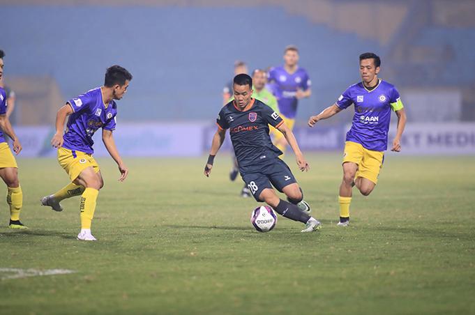 Hà Nội FC (xanh) đang cố gắng áp đặt lối chơi trước Bình Dương. Ảnh: Phan Tùng