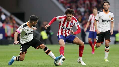 Atletico (phải) sẽ đánh bại Valencia để giữ vững ngôi đầu bảng