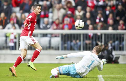 Bayern (áo sẫm) sẽ lại vùi dập một Schalke đang quá bết bát