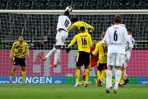 Hàng thủ của Dortmund để Thuram (10) thoải mái đánh đầu nâng tỷ số lên 4-2 cho M'gladbach