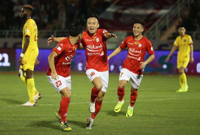 Niềm vui của Huy Toàn và đồng đội khi ghi bàn thắng. Ảnh: Quốc An