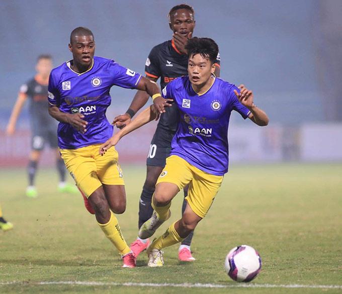 Hàng công của Hà Nội FC bế tắc đến nỗi HLV Chu Đình Nghiêm phải đẩy Thành Chung từ trung vệ lên đá tiền đạo