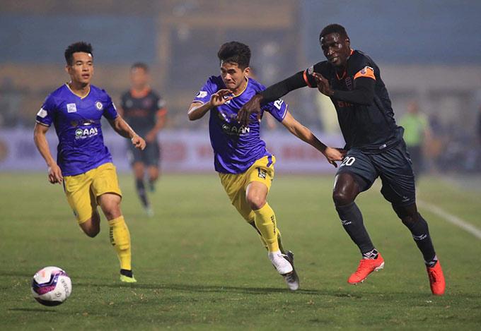 """HLV Phan Thanh Hùng chia sẻ sau trận: """"Hai đội chơi pressing liên tục với tốc độ cao. Bình Dương bị ngợp trước Hà Nội trong hiệp 1. Các cầu thủ không có nhiều thời gian biểu diễn. Họ phải đẩy bóng đi rất nhanh"""""""