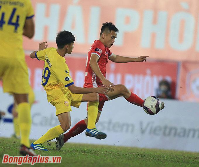 Ngay ở phút 14, Phú Nguyên đã mở tỷ số cho Hải Phòng. Cầu thủ quê Nam Đàn (Nghệ An) khởi đầu cho chiến thắng 3-2 của Hải Phòng trước Nam Định