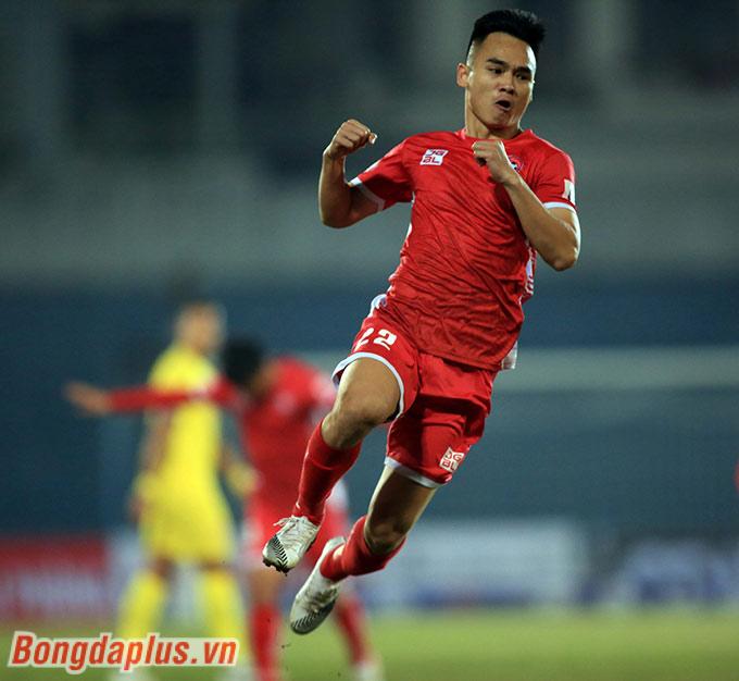 Nguyễn Phú Nguyên cùng lứa với Hoàng Văn Khánh, Hồ Tuấn Tài… Đây là lứa nòng cốt của U17 SLNA cách đây 8 năm, đội bóng từng giành chức Vô địch U17 Quốc gia báo Bóng đá năm 2012, dưới sự dẫn dắt của HLV Ngô Quang Trường.