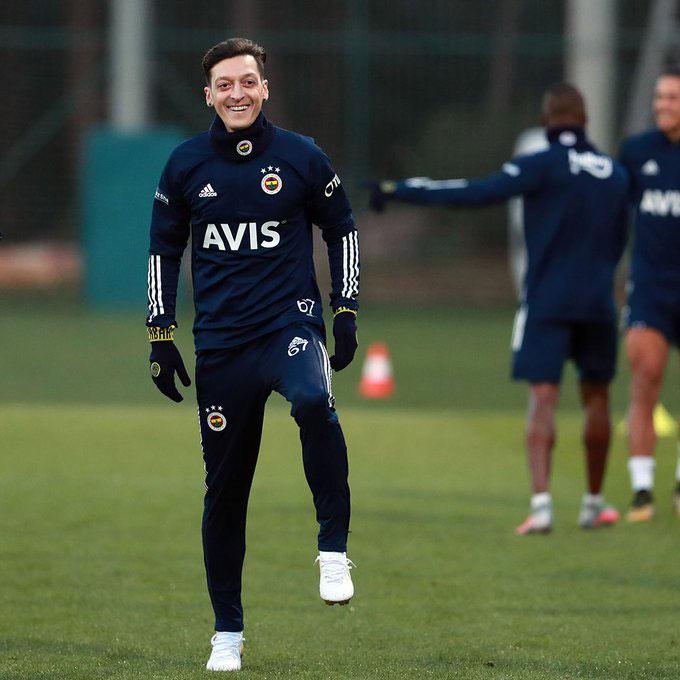 Ozil đã bắt đầu tập luyện cùng đội bóng mới