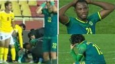 Pha vào bóng rợn người khiến cầu thủ gãy gập chân, đối phương khóc nức nở