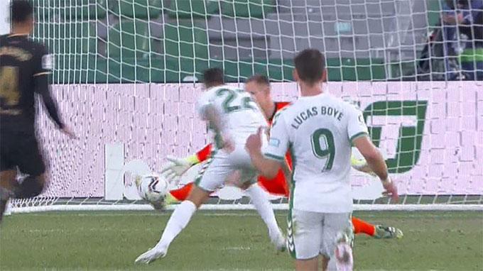 Ter Stegen xuất sắc cứu cho Barca thoát khỏi một bàn thua trông thấy