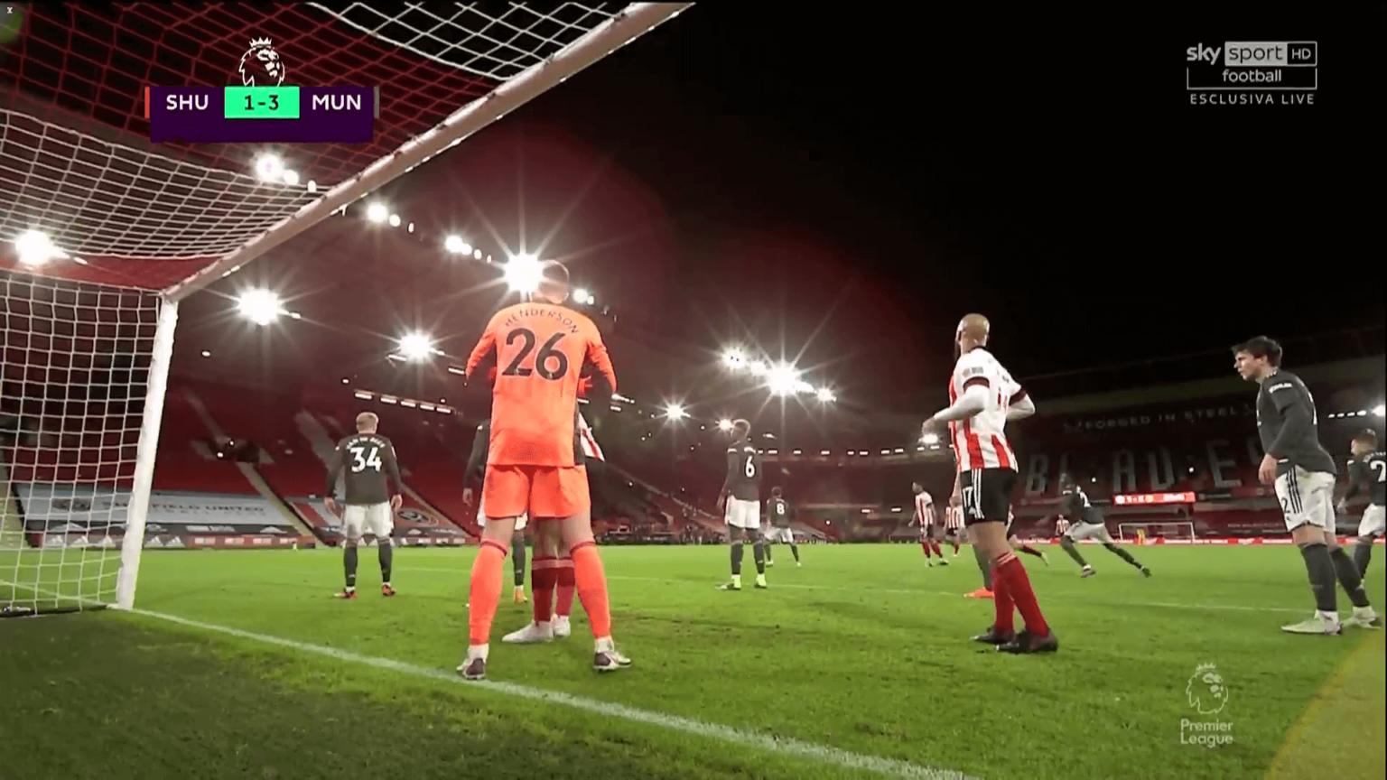 Tiền đạo của Sheffield United thoải mái đứng trong vòng cấm MU trước quả phạt góc