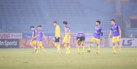 Các cầu thủ Hà Nội FC buồn bã rời sân sau trận thua B.BD ở vòng 2 cuối tuần qua - Ảnh Phan Tùng