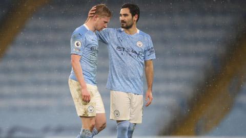 Guendogan (phải) đủ sức thay thế De Bruyne dẫn dắt hàng tiền vệ Man City