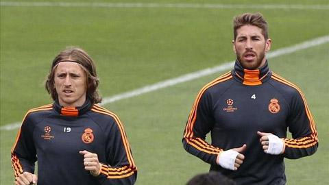 Cả Modric lẫn Ramos (trais) đều sẽ tiếp tục ở lại cống hiến cho Real