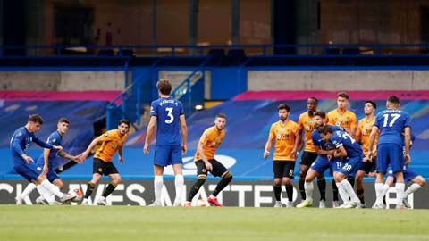 Sân nhà sẽ là lợi thế giúp Chelsea (áo sẫm) giành chiến thắng trước Wolves
