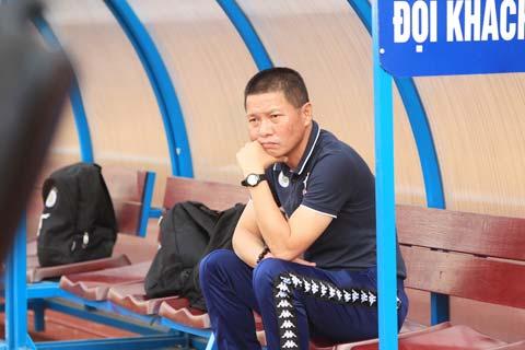 HLV Chu Đình Nghiêm đang phải chịu áp lực chiến thắng rất lớn - Ảnh: Đức Cường