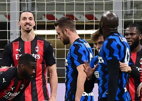 """Ibrahimovic và Lukaku trao đổi """"khẩu quyết"""" với nhau trên sân"""