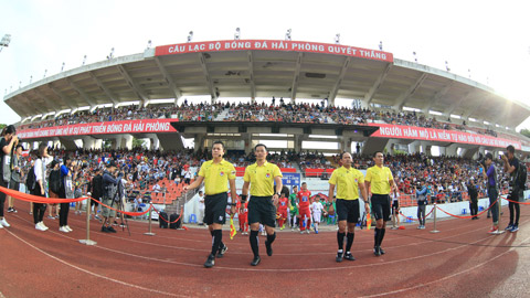 Các trọng tài chuẩn bị làm thủ tục trước một trận đấu tại V.League Ảnh: ĐỨC CƯỜNG