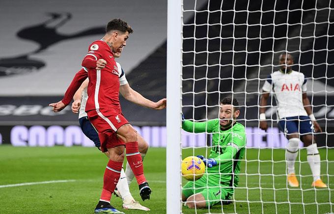 Firmino đệm bóng cận thành ghi bàn cho Liverpool