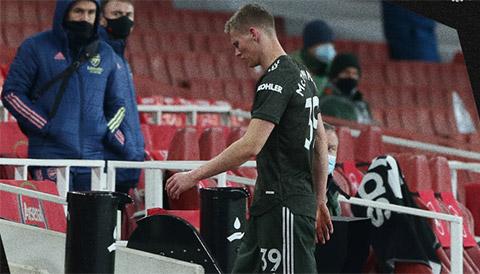 McTominay gặp vấn đề về dạ dày và phải rời sân ngay hiệp 1