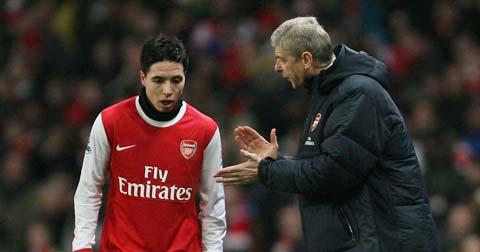 Wenger hết lòng bảo vệ chuyện học trò mang khăn trùm cổ