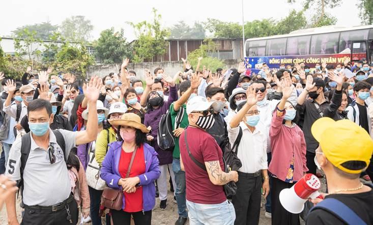 Rất đông công nhân viên, sinh viên, fan hâm mộ bóng đá tập hợp tại điểm tập kết an toàn của FCB88