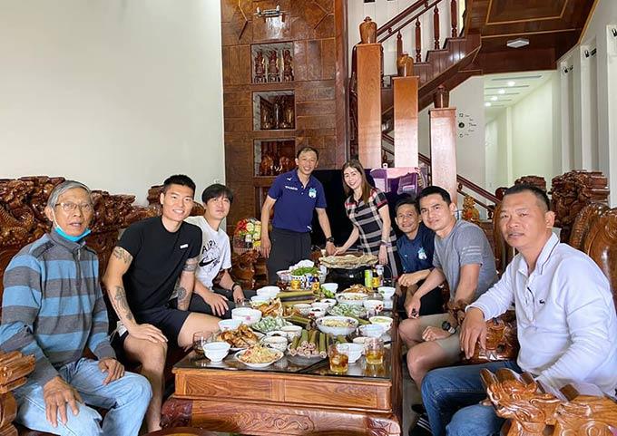 Kiatisak đến thăm nhà của một thành viên trong đội HAGL