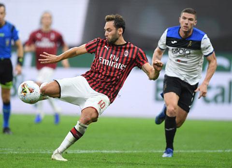 Không bung hết sức, Milan (trái) sẽ khó thắng trước chủ nhà Crvena Zvezda