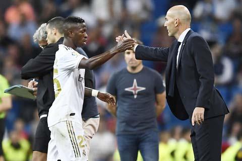 HLV Zidane (phải) đã đặt niềm tin trở lại vào Vinicius