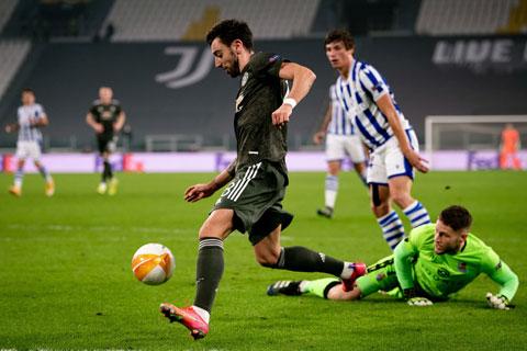 Bruno Fernandes (áo sẫm) ghi bàn trong trận  M.U vùi dập Real Sociedad tới 4-0