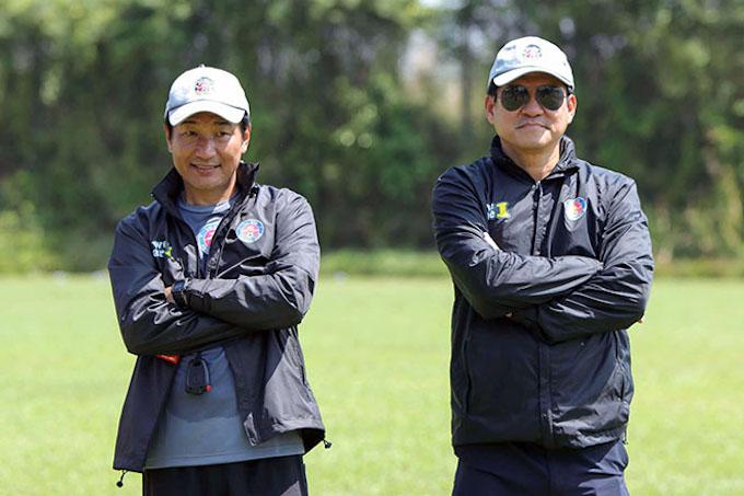 Chuyên gia Masahiro (bên phải) khả năng sẽ thay ông Thành ở vài trò HLV trưởng