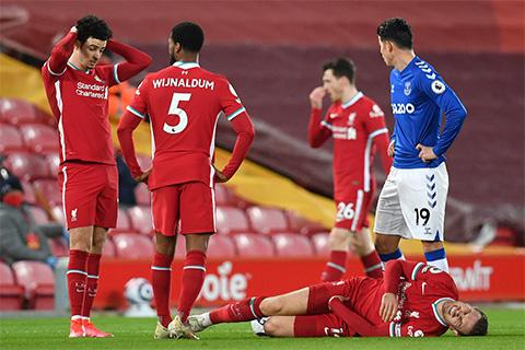 Henderson dính chấn thương và rời sân ở giữa hiệp 1