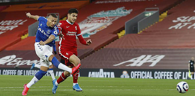 Richarlison ghi bàn vào lưới Liverpool