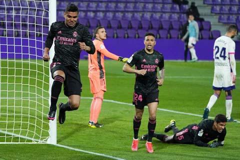 Casemiro (trái) ăn mừng bàn thắng duy nhất của trận đấu, giúp Real đánh bại Valladolid
