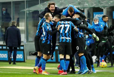 Các cầu thủ Inter ăn mừng cuồng nhiệt sau trận hủy diệt Milan