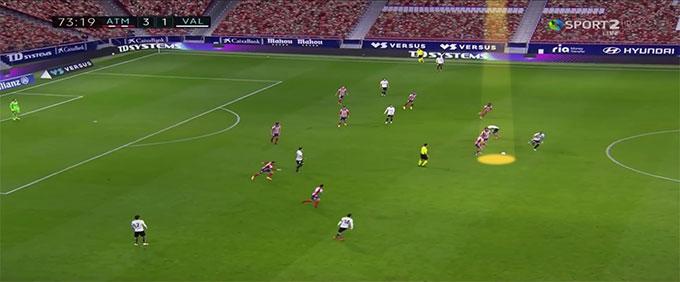 Khi có cơ hội phản đòn, các cầu thủ Atletico tràn lên phần sân đối phương rất nhanh