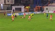 Siêu dị: Cầu thủ Croatia đi bóng bằng đầu gối rồi ghi bàn
