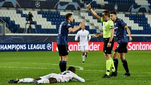 Chiếc thẻ đỏ trọng tài Stieler dành cho Freuler của Atalanta ở trận gặp Real gây nhiều nghi ngờ