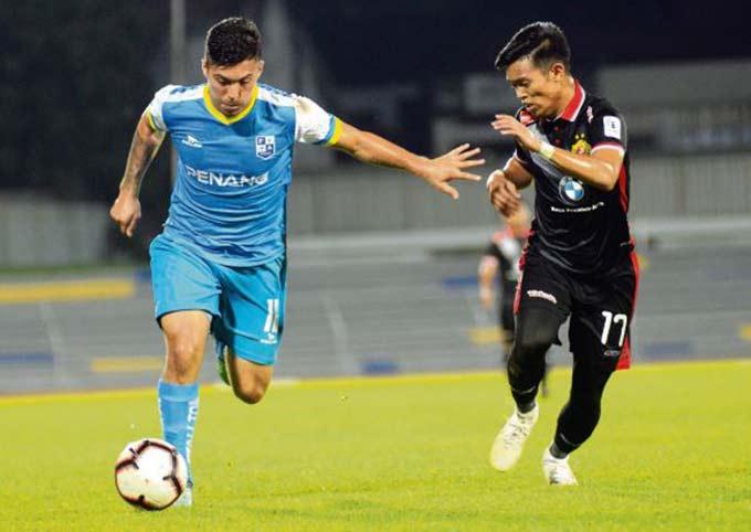 Aguero (trái) chuẩn bị hoàn tất thủ tục nhập tịch Malaysia