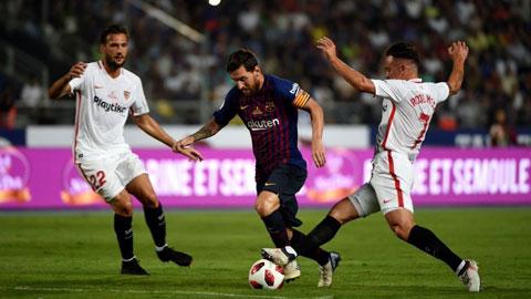 Messi (giữa) cùng đồng đội khó lành lặn trong chuyến hành quân đến sân của Sevilla
