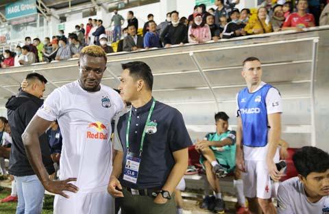 HLV Kiatisak dặn dò học trò sau một trận đấu ở V.League - Ảnh: Quốc An