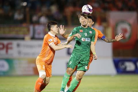 Sài Gòn FC (phải) có khởi đầu chấp nhận được ở V.League 2021