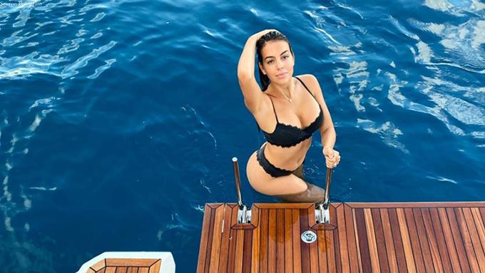 4. Georgina Rodriguez: Cô bồ của siêu sao Cristiano Ronaldo (Juventus) sở hữu khối tài sản chỉ 7 triệu bảng. Lúc này, Georgina đang là người mẫu cho nhiều hãng thời trang và mỹ phẩm. Georgina Rodriguez cũng vừa cho ra mắt thương hiệu thời trang của riêng mình mang tên OM by G.