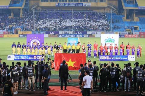 Công tác tổ chức trước một trận đấu tại V.League - Ảnh: Minh Tuấn