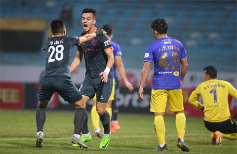 Tiến Linh cùng đồng đội ăn mừng bàn thắng tại V.League 2021    Ảnh: Phan Tùng