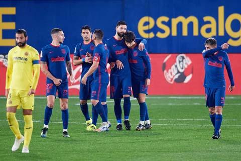 Các cầu thủ Atletico (áo sẫm) ăn mừng chiến thắng được cho là may mắn trước Villarreal