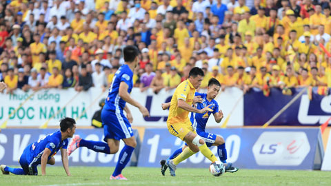 Nam Định (áo sáng) đã đánh bại Quảng Nam FC ở vòng 9 V.League 2020, trận đấu mà đội bóng xứ Quảng bị bắt gặp cúng bái trên sân Thiên Trường Ảnh: ĐỨC CƯỜNG