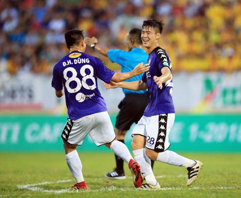 Duy Mạnh (phải) ăn mừng  bàn thắng cho Hà Nội FC - Ảnh: MINH TUẤN