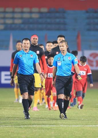 Các trọng tài chuẩn bị làm thủ tục trước một trận  đấu ở V.League - Ảnh: Đức Cường