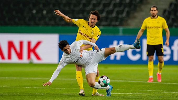 M'gladbach và Dortmund chơi đôi công ngay sau tiếng còi khai cuộc