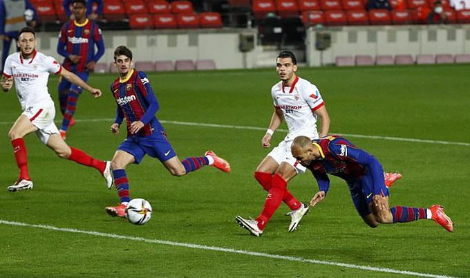 Cú đánh đầu ấn định thắng lợi cho Barca của Braithwaite