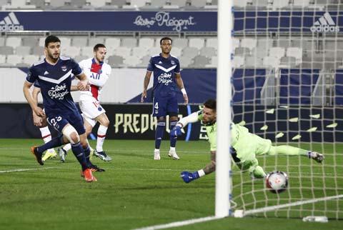 Sarabia (áo sáng) ghi bàn thắng duy nhất nhất giúp PSG ca khúc khải hoàn